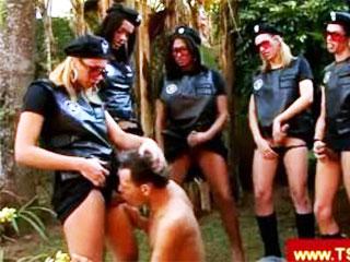 Policières trash et sado-maso
