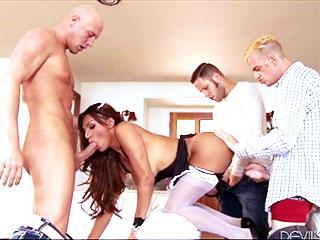 Jessy Dubai en plein milieu d'une orgie