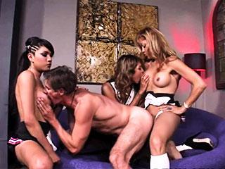 Trois transexuelles font la fête a un veinard